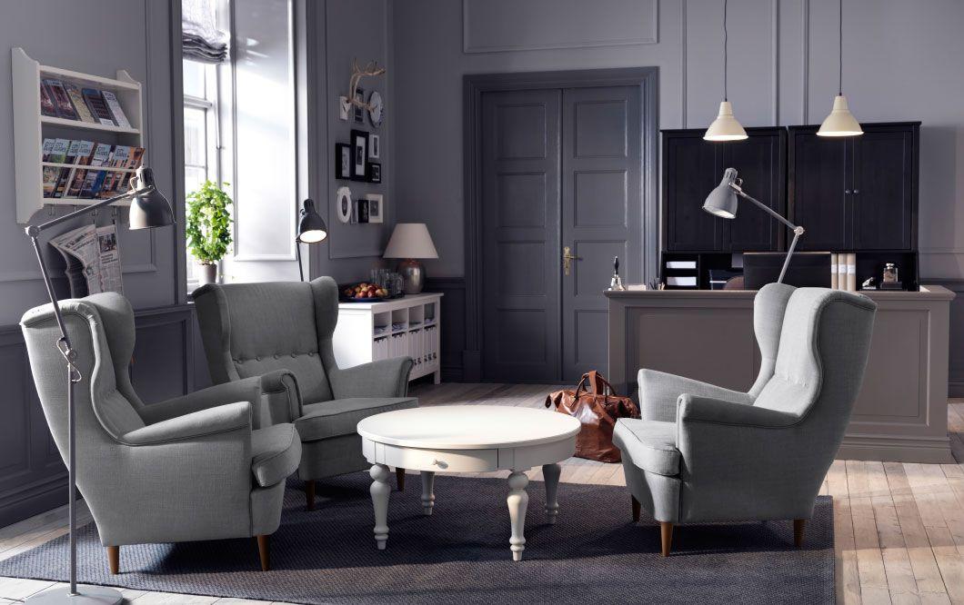 lounge avec fauteuils oreilles gris clair et table basse blanche id es pour la maison. Black Bedroom Furniture Sets. Home Design Ideas