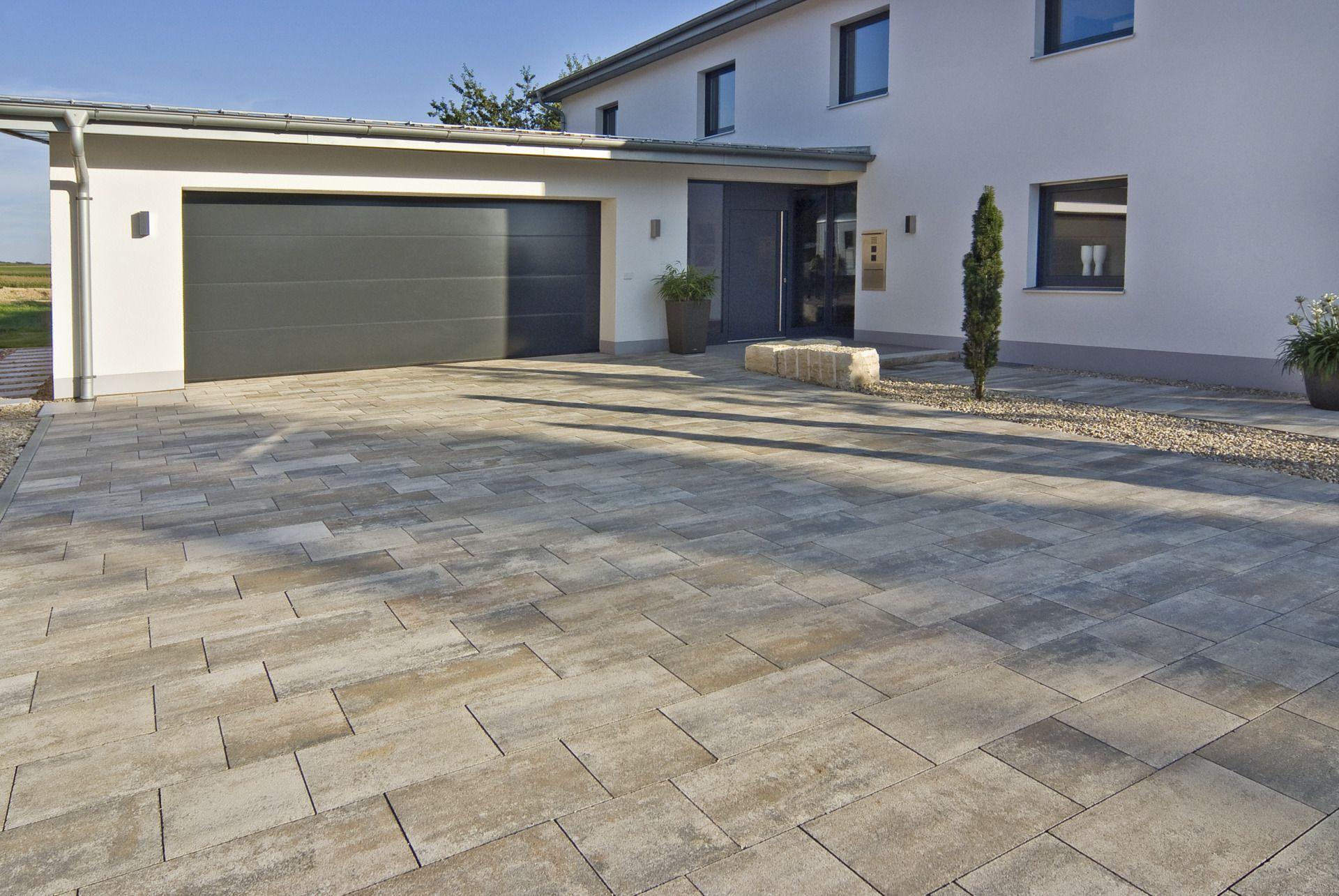 Pflastersteine anthrazit garageneinfahrt  Garageneinfahrt mit hellen, großflächigen Pflastersteinen #garage ...