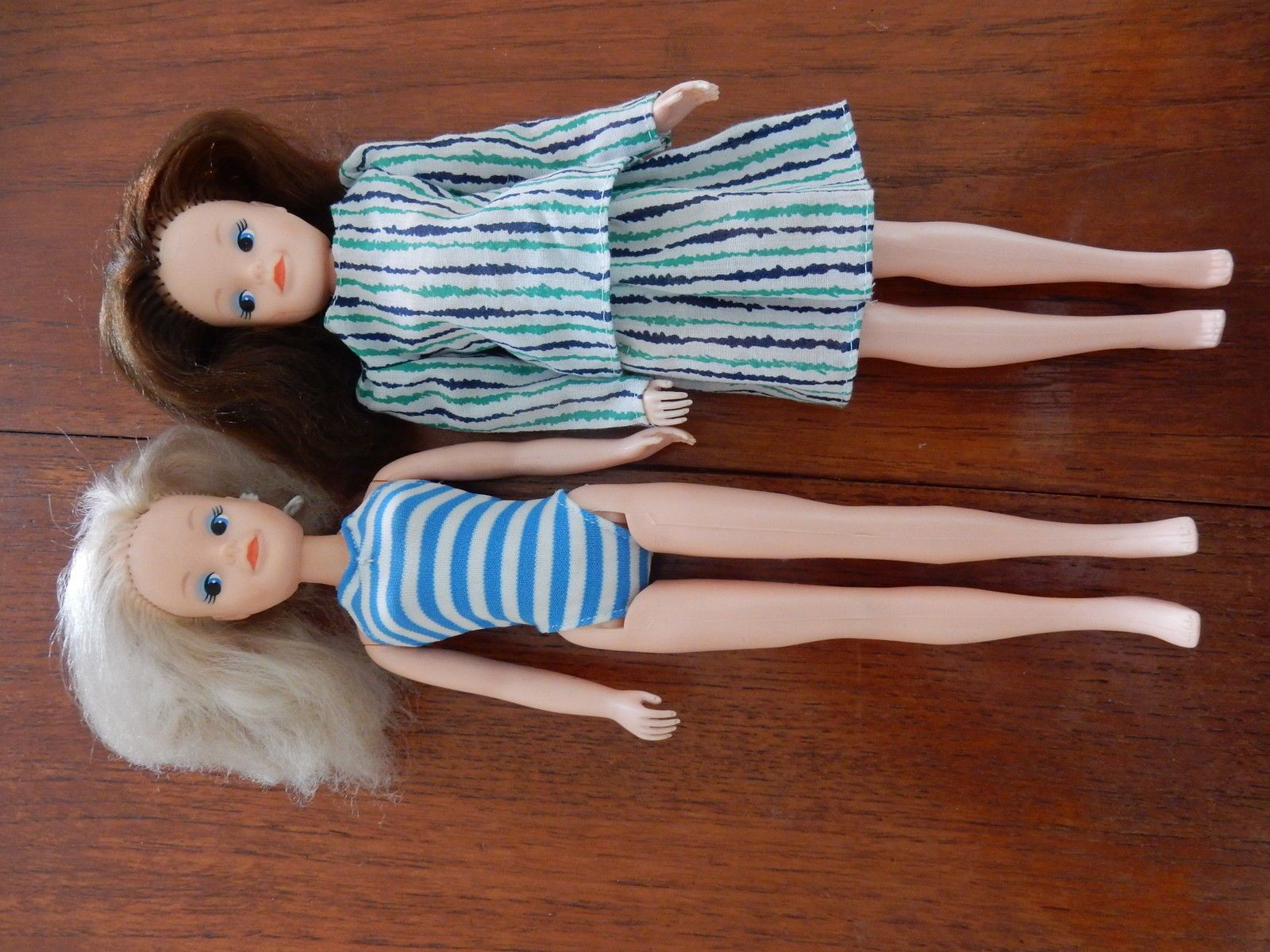 Two lovely Sindy dolls, 1 blonde, 1 brunette, plus clothing and hangers | 21+3.5