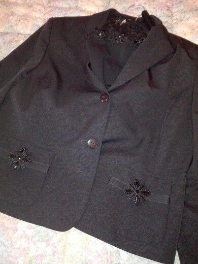 Per un'occasione speciale: tailleur con stoffa damascata nera, spille Bijou Brigitte, sottogiacca Marta Marzotto.