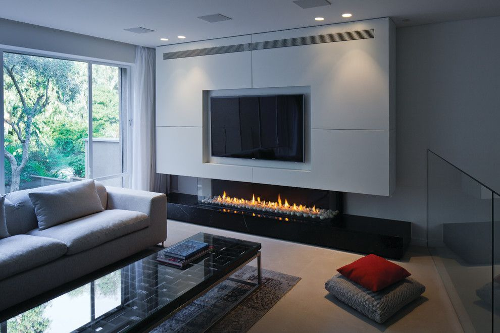 Modern Family Room With Tv Above Fireplace Ideas From Los Angeles