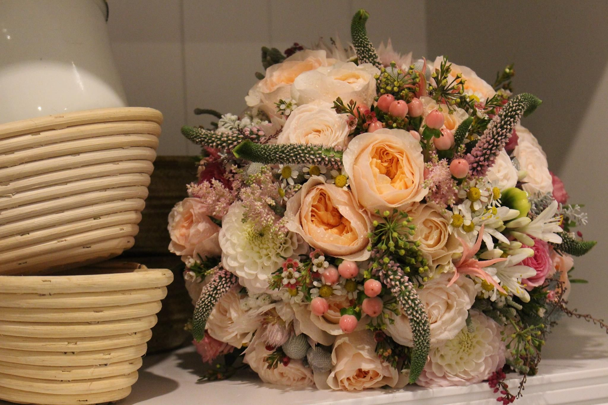 7001c95c3 Púdrová vintage svadobná kytica z anglických ruží a drobných kvietkov
