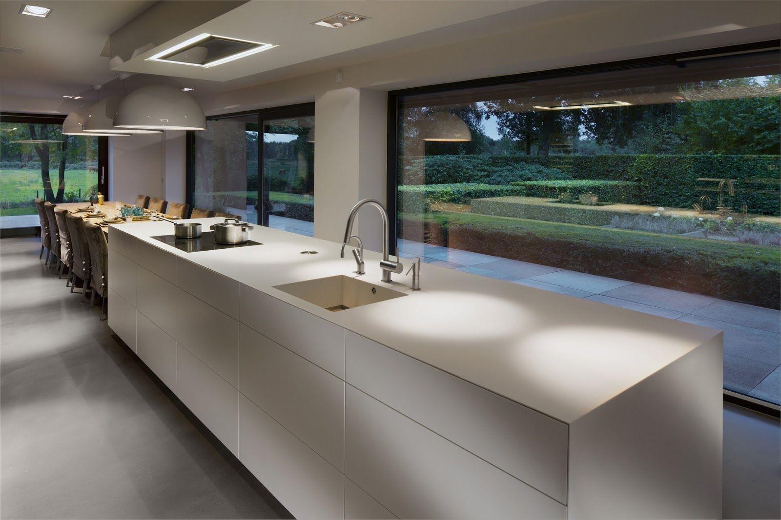 Cuisine design blanche et bois avec lot voici une cuisine for Cuisine moderne avec ilot centrale