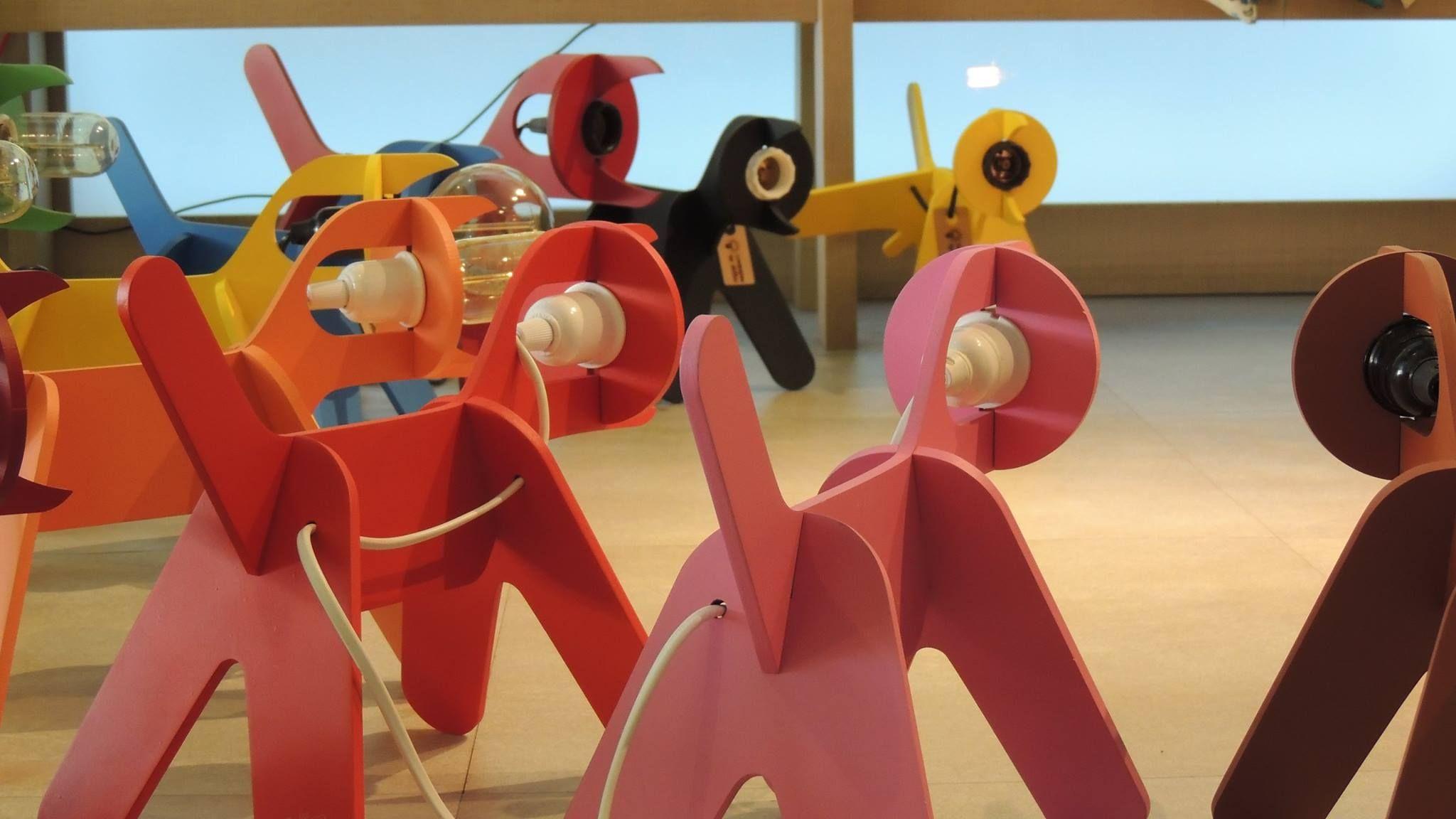 Luminária de cachorrinho. Um presente cheio de estilo, com diferentes variações de cores, disponíveis em 2 tamanhos, e você ainda pode personalizar. Também temos uma variedade de lâmpadas de filamento de carbono para você escolher. Opções customizadas sob encomenda. Dröm Custom Shop - Moema / Sp  http://www.drom.com.br/loja/  #lasercut #doggylamp #colors #edisonlamp #light #design #dromdesign #dog #happy #decoration