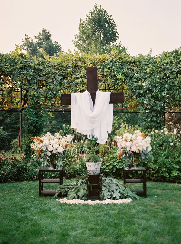 Ceremony Cross Decor Photo By Jamie Rae Photography Http Ruffledblog Oregon Garden Resort Wedding