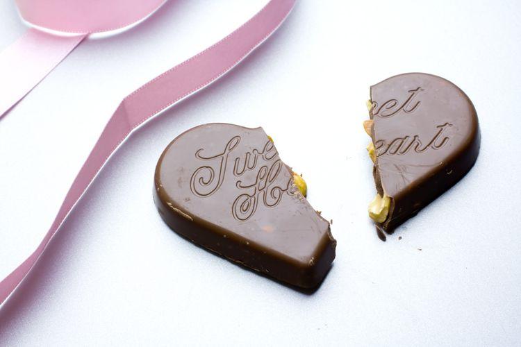 真っ二つに割れたハートのチョコレートとリボン
