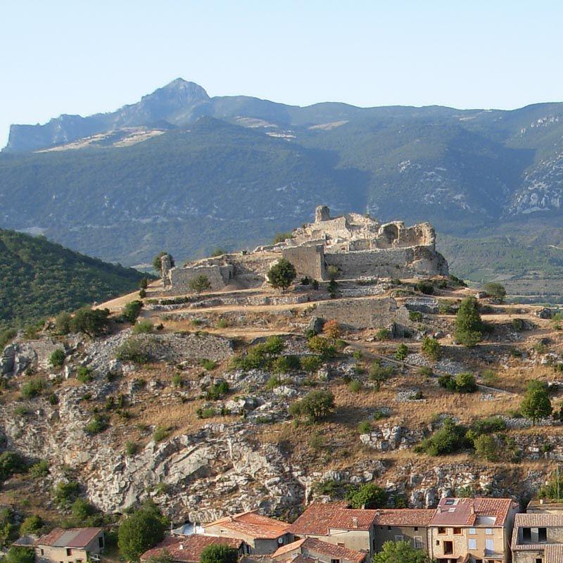 Châteaux de Fenouillet - St Pierre: Le beau site de Fenouillet abrite les ruines de 3 chateaux. Au N du village se trouve le chateau vicomtal St Pierre. Relativement important, il est le mieux conservé. Au S du bourg, sur une crête rocheuse, le petit chateau de Sabarda fait face au château vicomtal. Enfin sur une colline isolée, à l'écart du village vers le nord est, se dressent les vestiges du chateau du Castel-Fisèl.