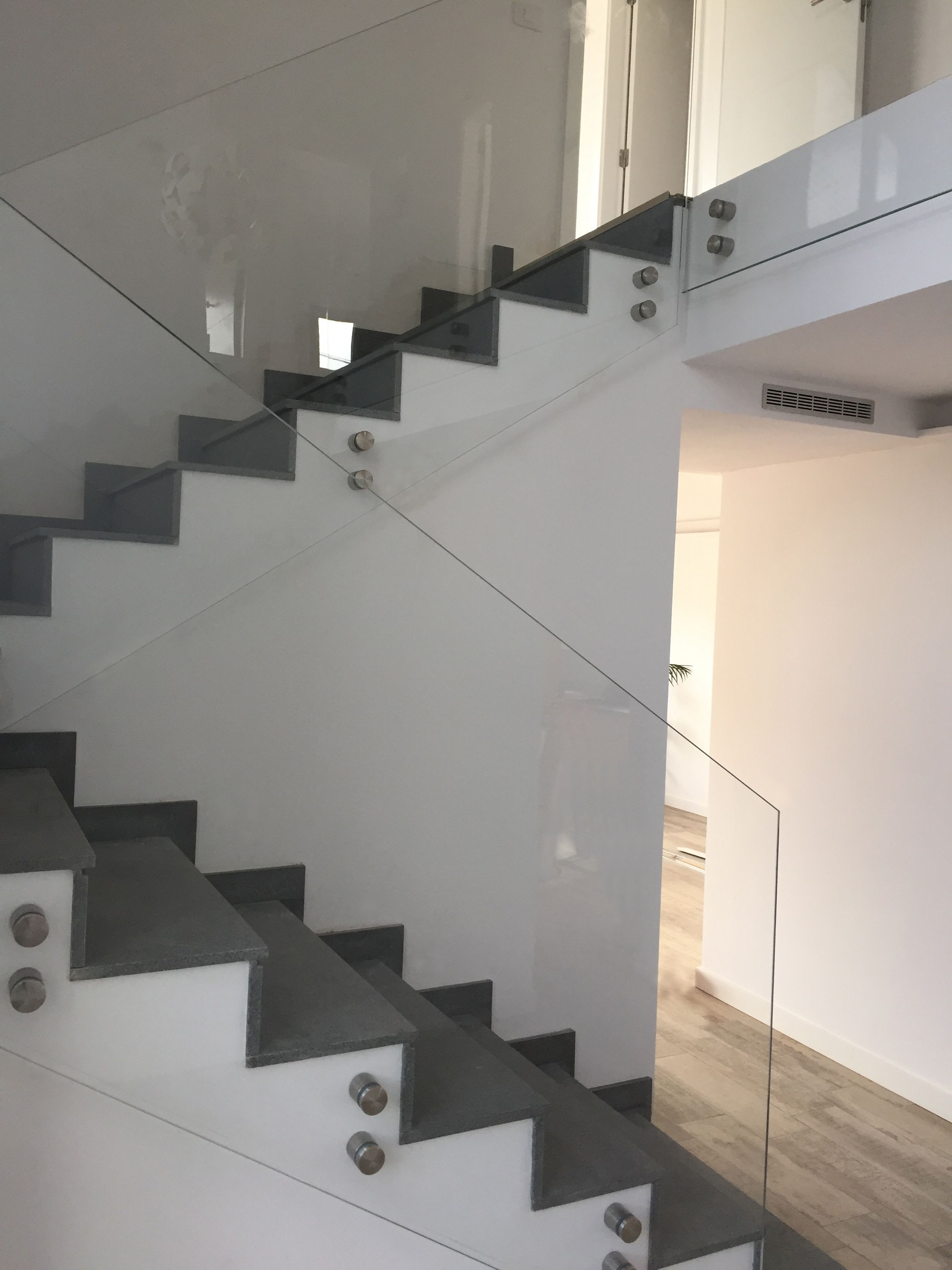 Pin de cristaler a cruz p rez en barandilla home decor - Escaleras de acero y cristal ...