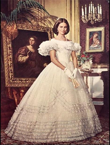 Zoom sur la robe de mariée portée par Claudia Cardinale ...