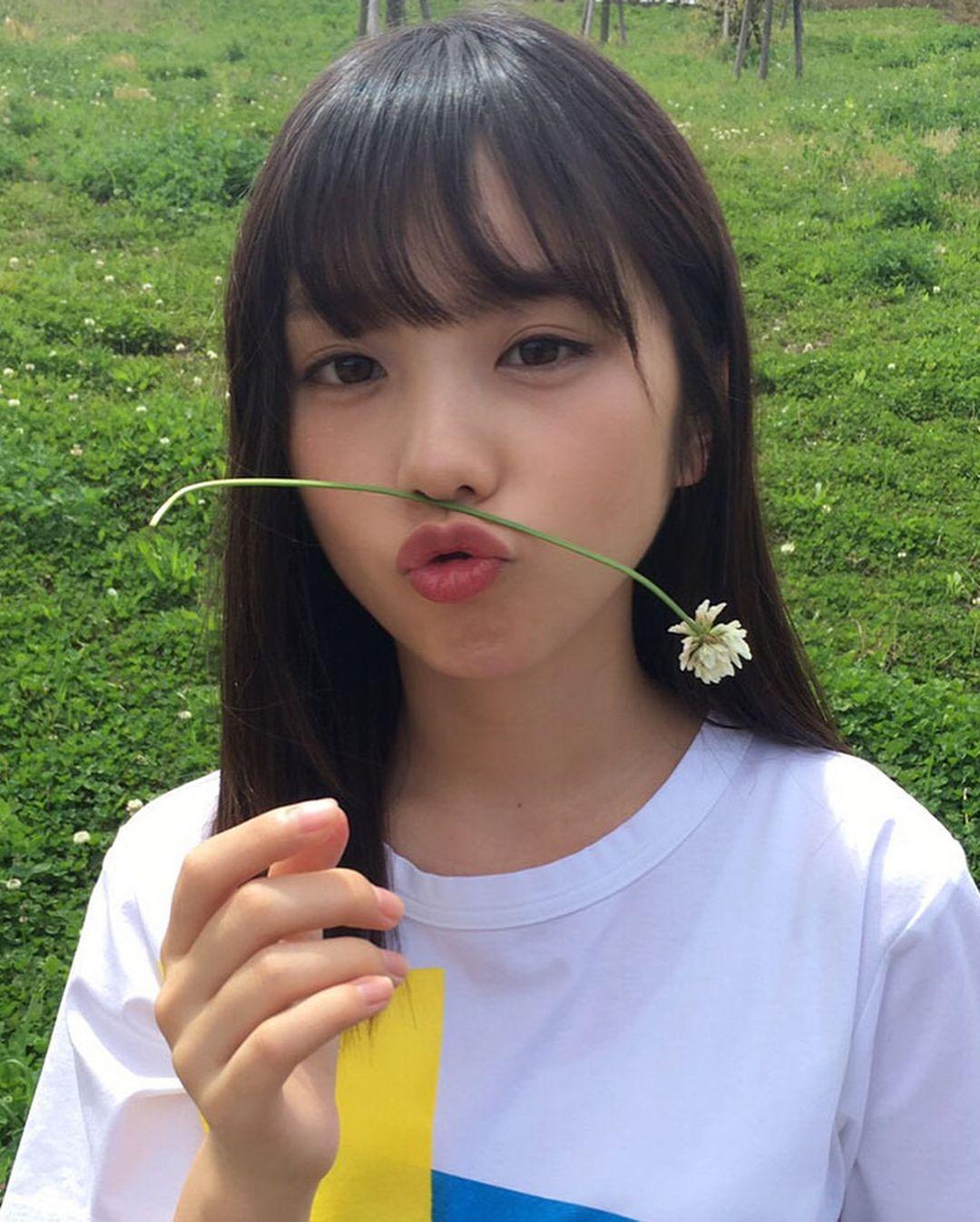 花をくわえた与田祐希