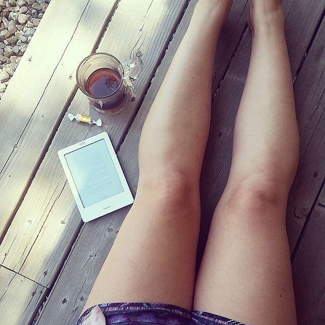 Miracolo finalmente è venerdì! Cosa leggerete in questo primo week end di luglio?  #Repost @flaviathebibliophile  Summer days coffee and a good book  : @flaviathebibliophile