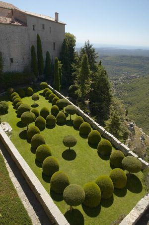The Gourdon's Castle is visited by many tourists, but few of them know about the beauty of it's Italian garden (even if it's located in France). ++ Here…