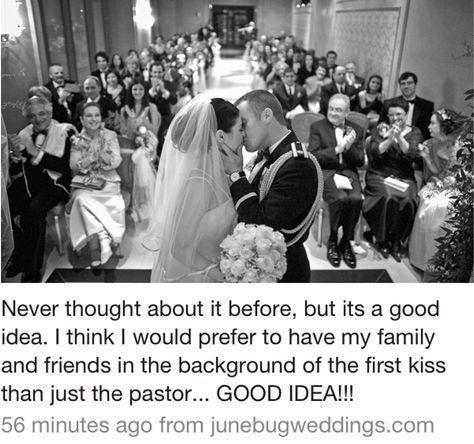 Hochzeitsfotowinkel während des Kusses mit Familie und Freunden im Hintergrund. Ich sti … - hochzeitsfotos #bridepictures