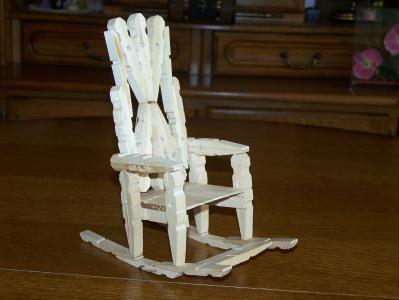 La chaise bascule en pingle linge cr ation cr ation - Guirlande porte photo avec pinces linge ...