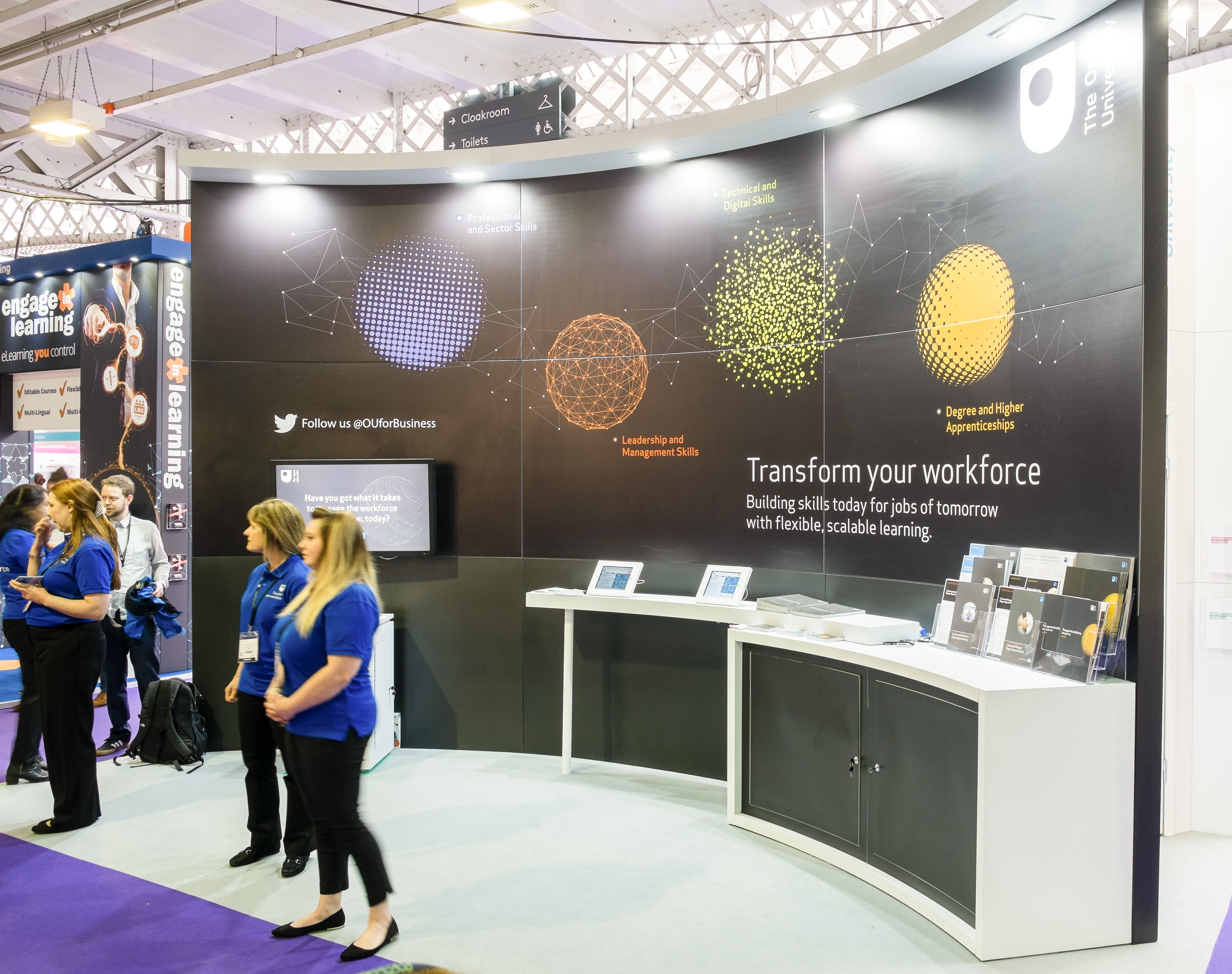 Custom Exhibition Stand Job : Curved open plan exhibition stands offer an inviting presence