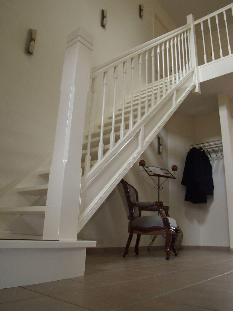 Een klassieke hardhouten wit geschilderde trap met een fraai bewerkte boom met speciale - Trap voor daken ...