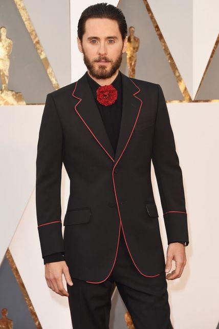 Oscar 2016: Jared Leto cambia la pajarita por una flor roja en su traje de Gucci. Sí... Pero no...