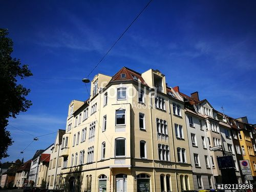Schön saniertes beigefarbenes altes Eckhaus vor blauem Himmel in - gebrauchte küchen bielefeld