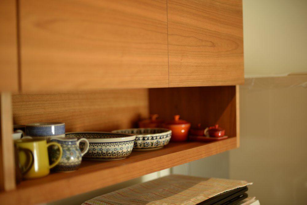 吊戸棚下のオープンラックの様子 棚板の手前は物が落ちてこないように少し立ち上がりをつけています 食器棚 棚 食器