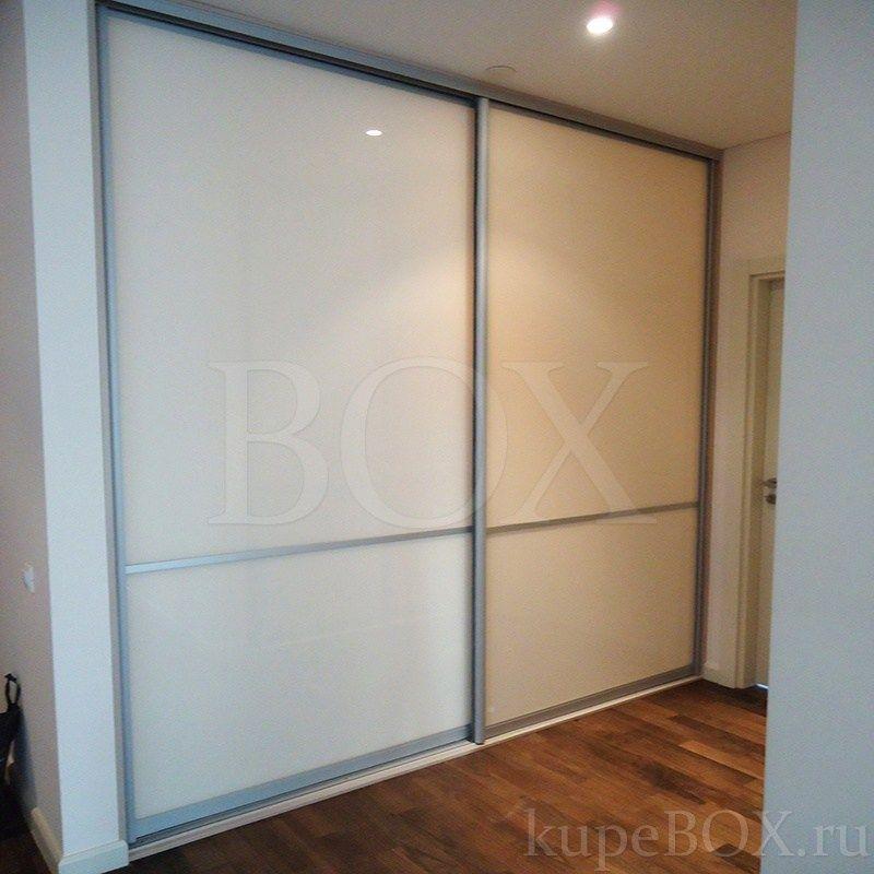 Глубокий встроенный шкаф-купе со стекляными дверями прихожие.