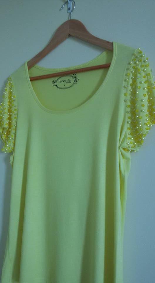 8ffb643e91 Minha blusa amarela customizada com pérolas e cristais amarelo nas mangas.   blusaamarela  bordada
