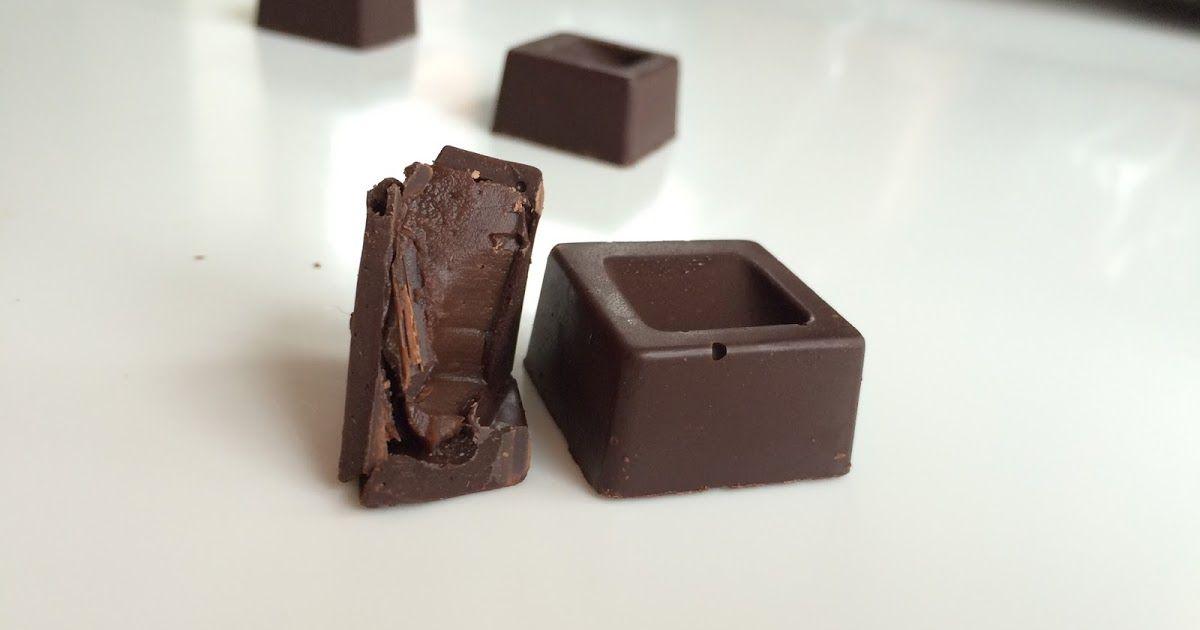 Fyldte chokolader med lakridsganache-video    Ca. 20-30 stk.  Du skal bruge:   Ganache:  120g mørk chokolade  1 dl fløde  25g glukosesirup ...