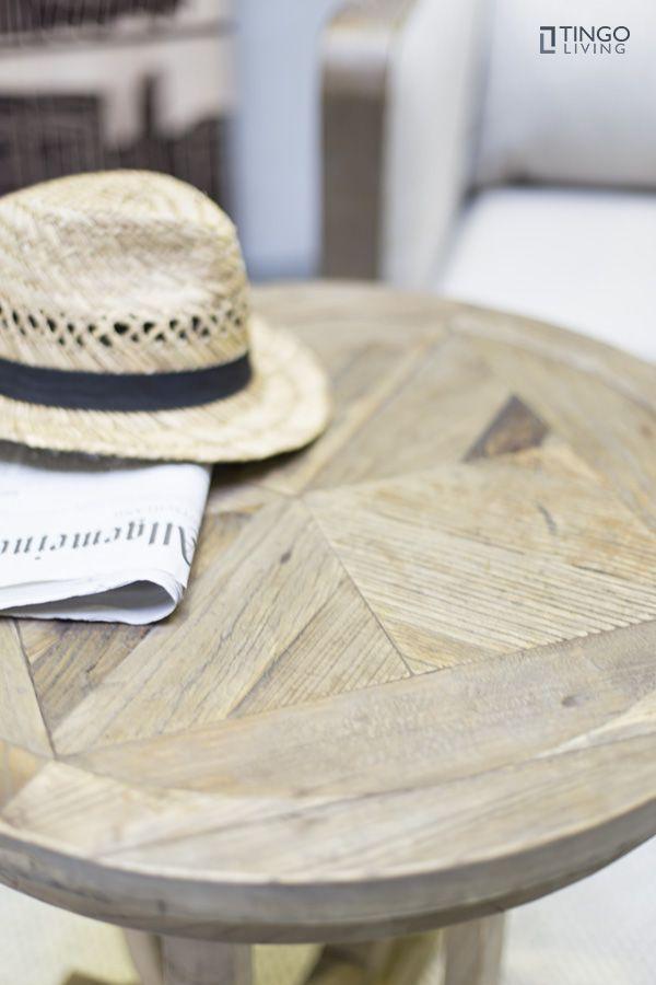 Zu schön für jede Tischdecke: Romantischer Beistelltisch TULIP aus recyceltem, geöltem Ulmenholz mit tulpenförmigem Gestell und Tischplatte in Fischgrät-Optik.