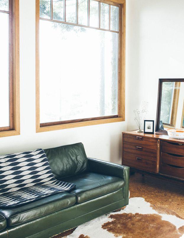 gr nes ledersofa und kuhfell einrichtung und geb ude. Black Bedroom Furniture Sets. Home Design Ideas