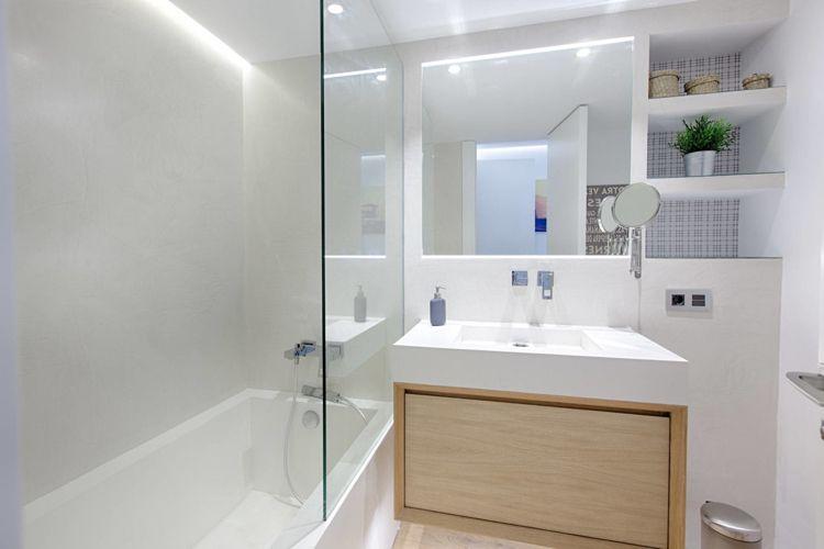 Helles Holz Boden Badezimmer Badewanne Glaswand Weiss Indirekte Beleuchtung Wand Interiors Design