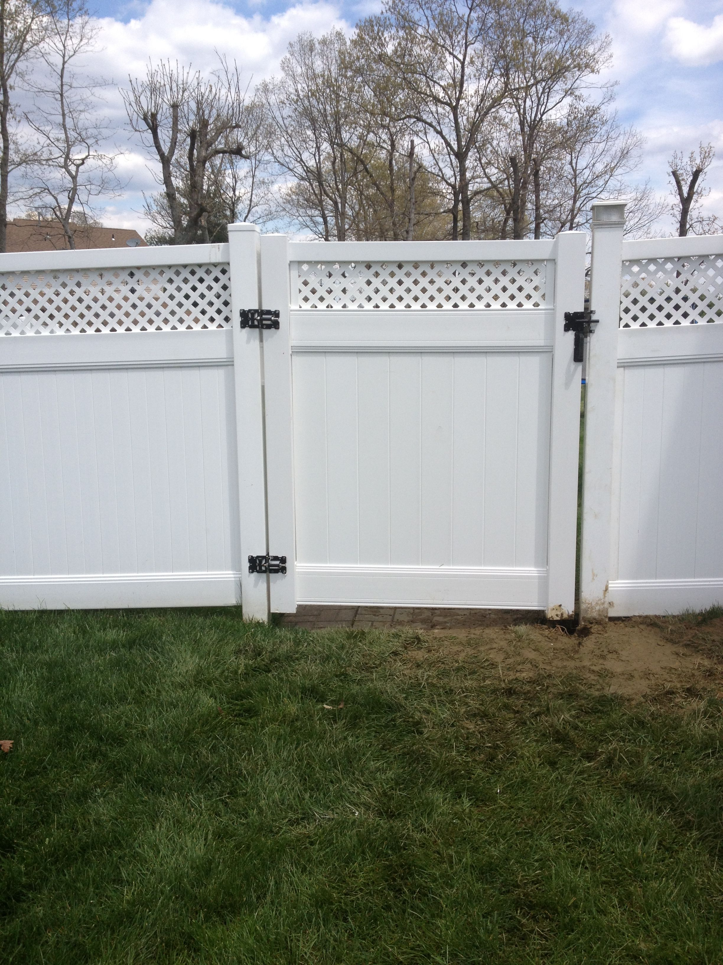 White Vinyl Privacy Fence With 6ft Lattice Gate Installed In Sicklerville Vinyl Fence Vinyl Privacy Fence Vinyl