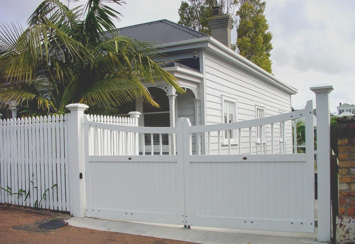 Bungalow wooden gates fences driveway gates wooden gate for Window manufacturers auckland