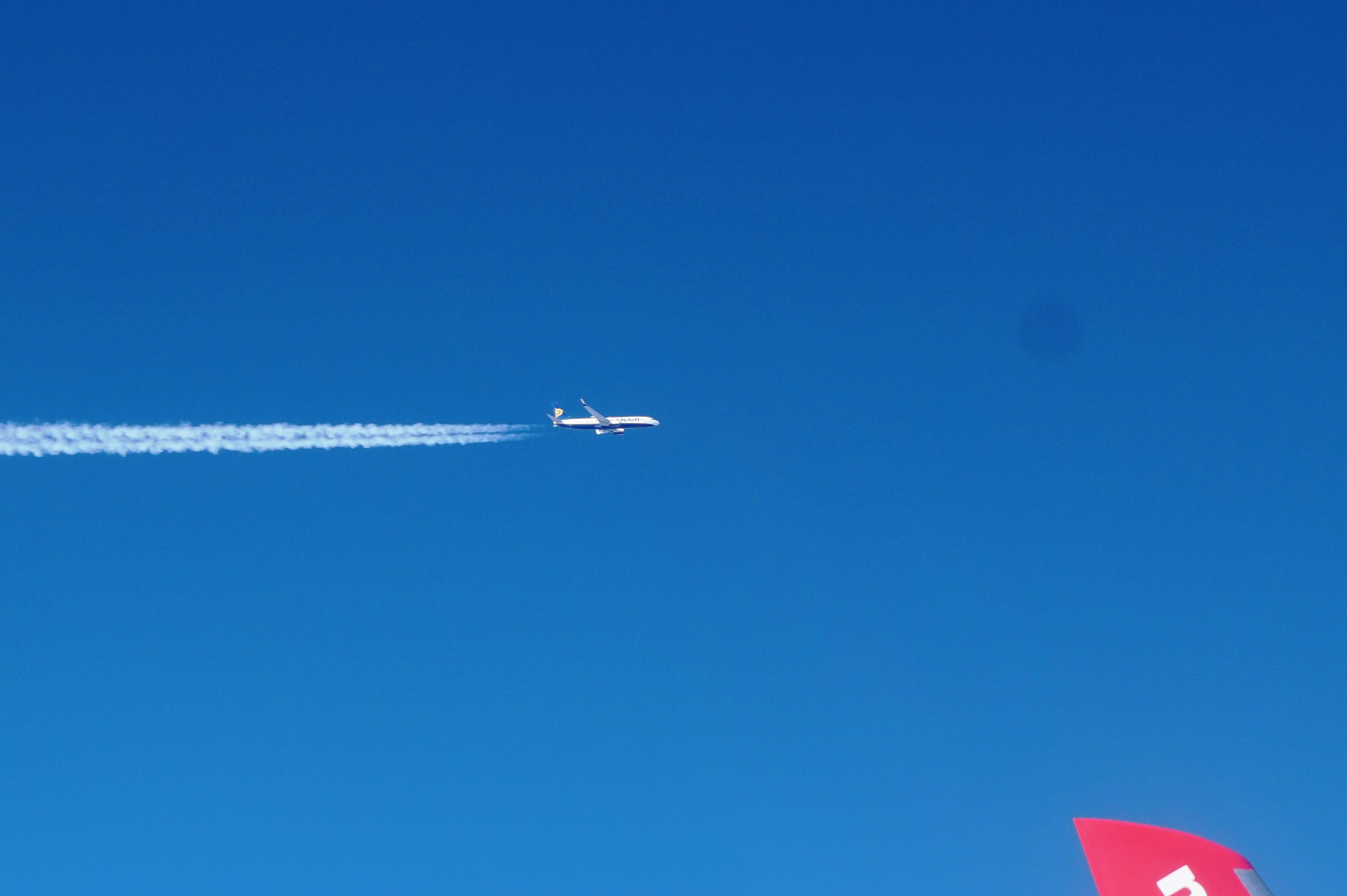 Ryanair B737 seen in the sky