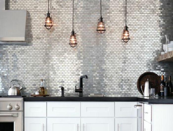 jolie-cuisine-avec-carrelage-adhesif-mural-gris-et-meubles-blancs - carrelage mur cuisine moderne