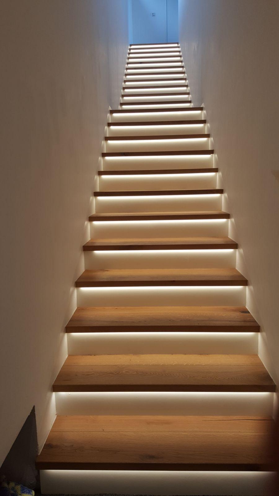 Beleuchtung Der Treppe In 2020 Treppenbeleuchtung Treppenhaus Beleuchtung Treppe Haus