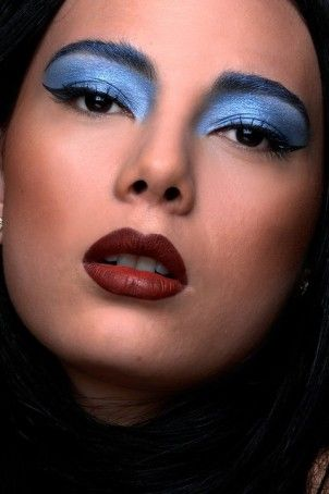 Maquiagem conceitual com sombra cremosa  azul e batom marrom.