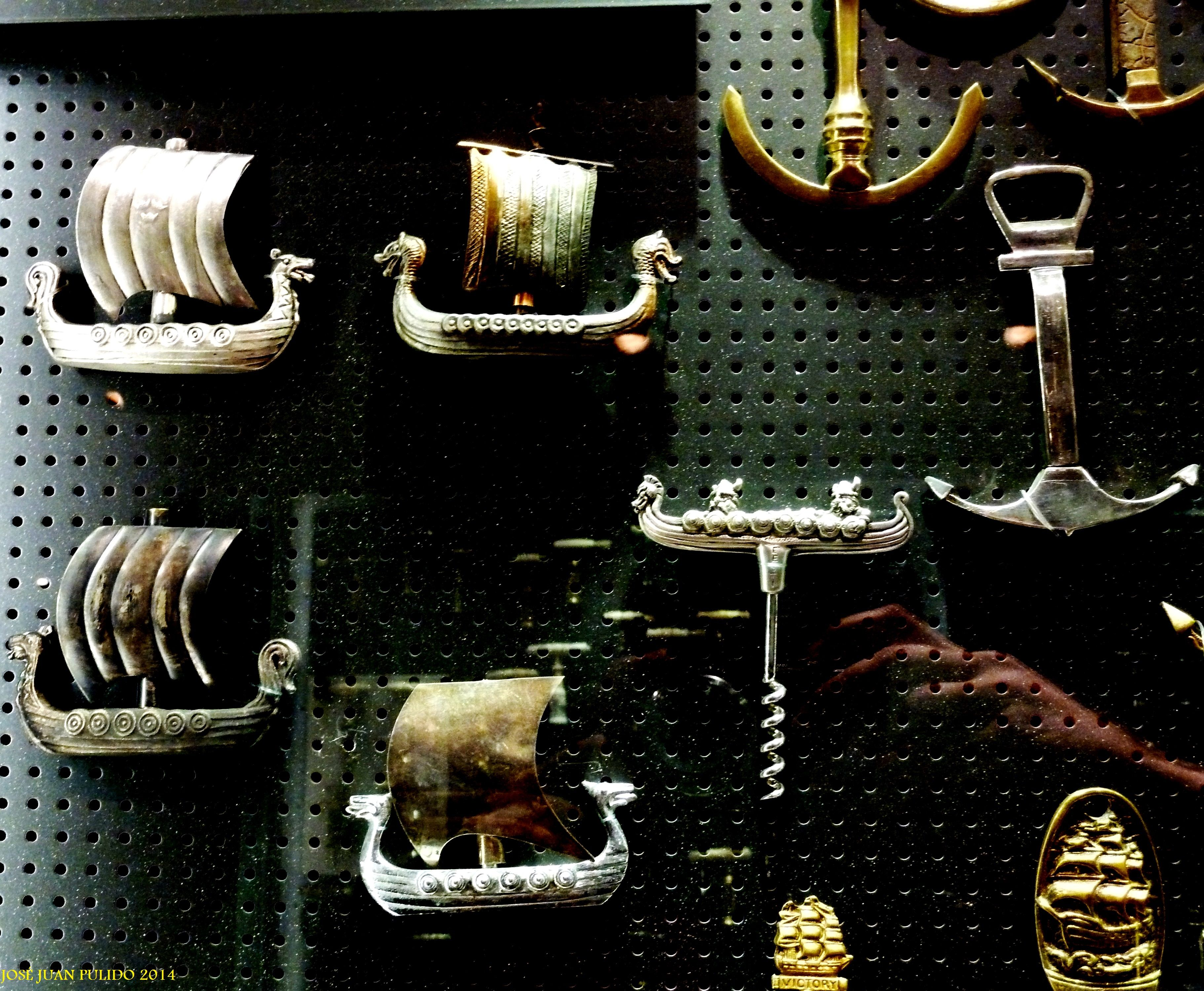 naves antiguas y anclas. Ancient ships and achors
