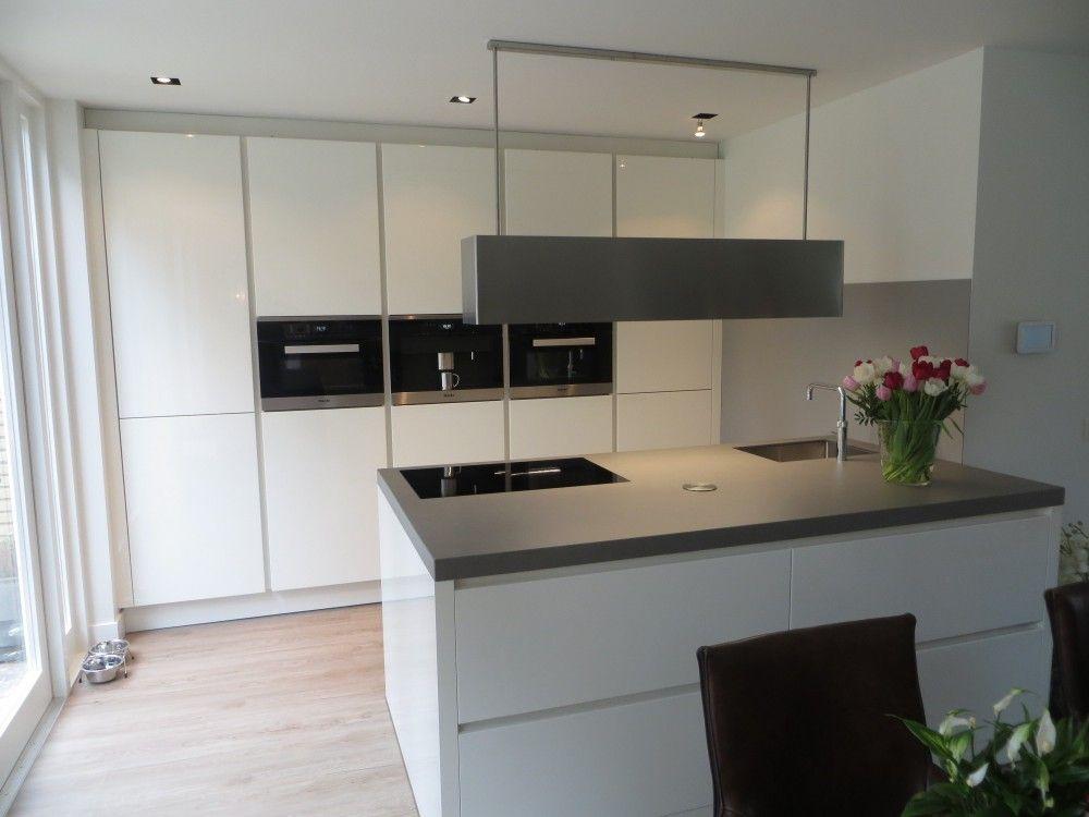 Keuken grijs hoogglans - Foto grijze keuken en hout ...