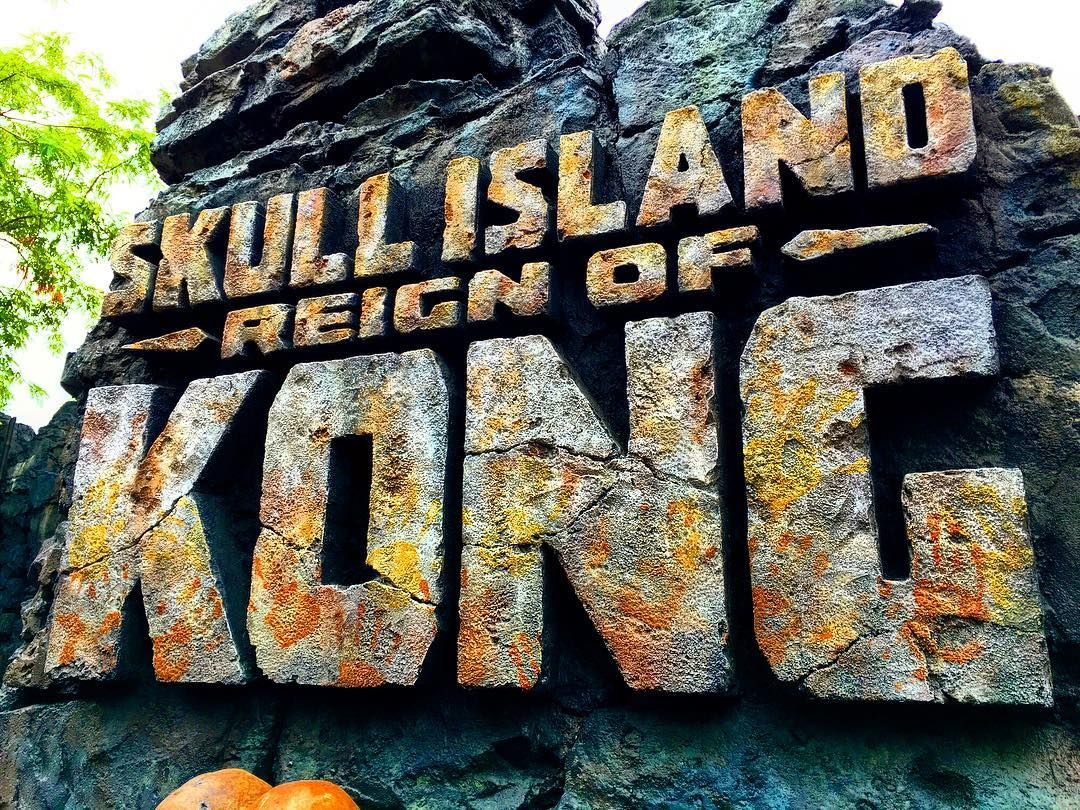 We over saturated the sign to better show the handprints. #reignofkong #universal #islandsofadventure #kingkong #sign #twitter