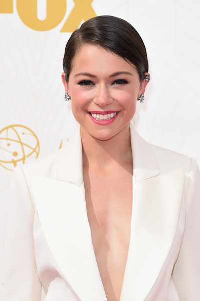 Tatiana Maslany kept her makeup sweet and simple with dark blue eyes, lightly blushed cheeks and a soft red lipstick that added a hint of color to her head-to-toe white ensemble.