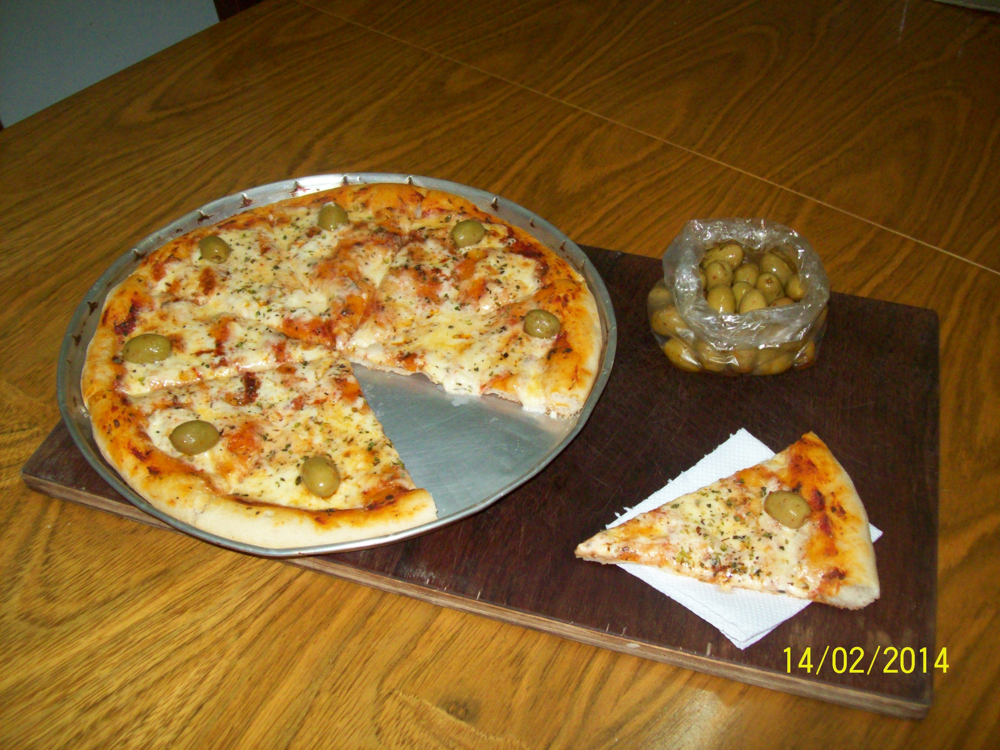 Preparando  pizzas para compartir con amigos,entre buenas charlas. - http://www.femeninas.com/preparando-pizzas-para-compartir-con-amigosentre-buenas-charlas/