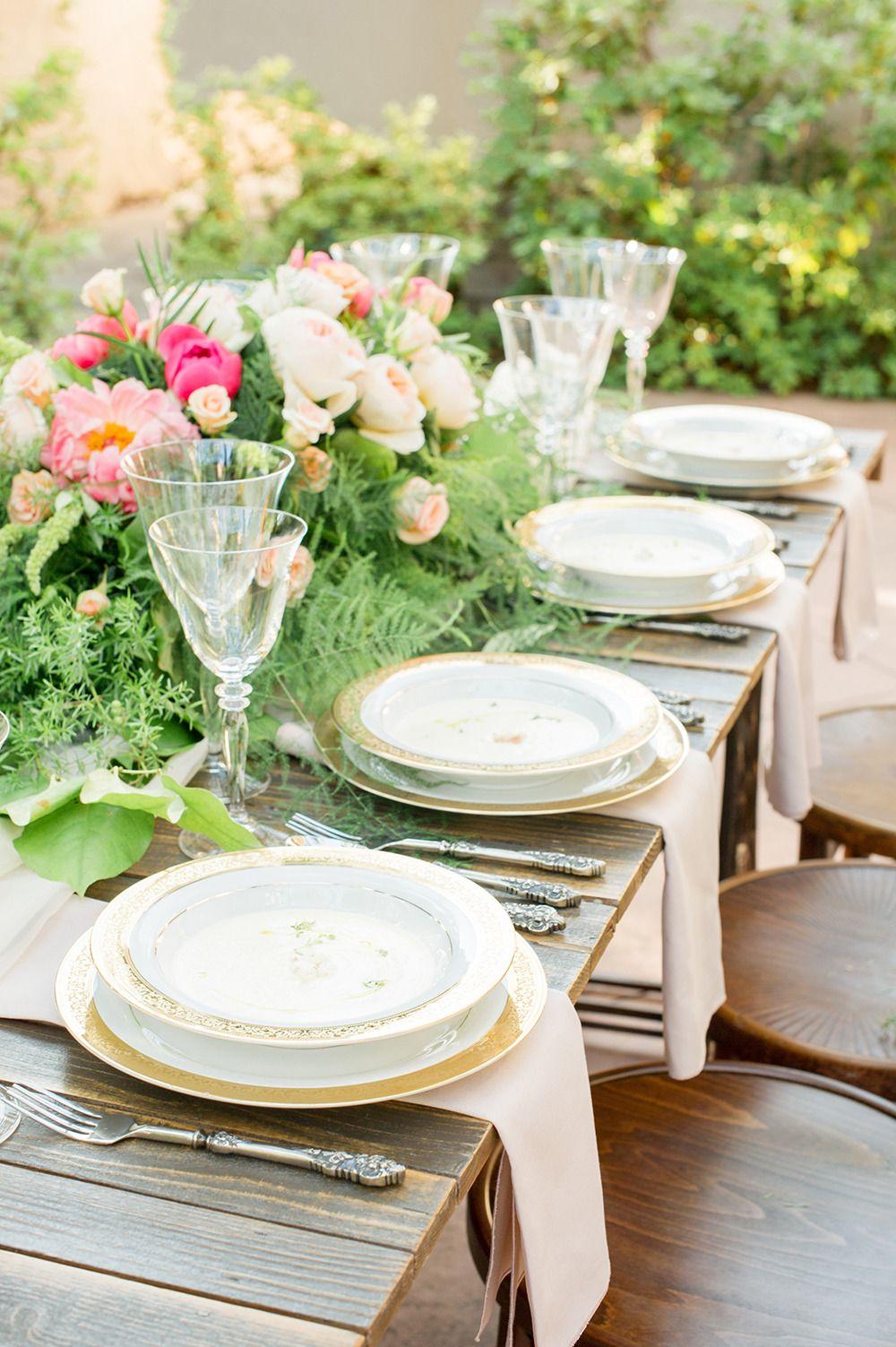 Bohemian garden wedding inspiration garden party - Tischdeko holz rustikal ...