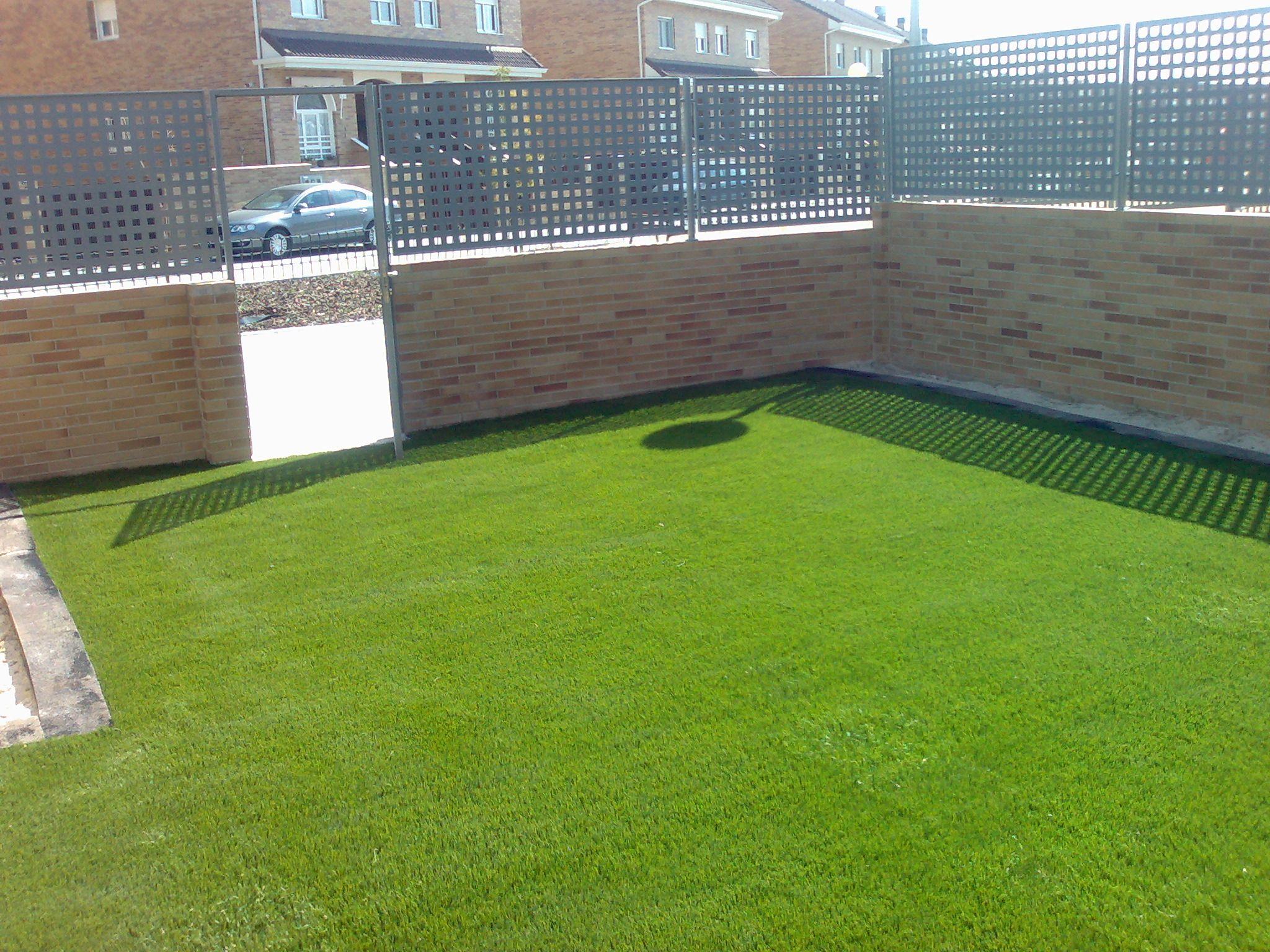 Jardin con cesped artificial en Villanueva del Pardillo ...