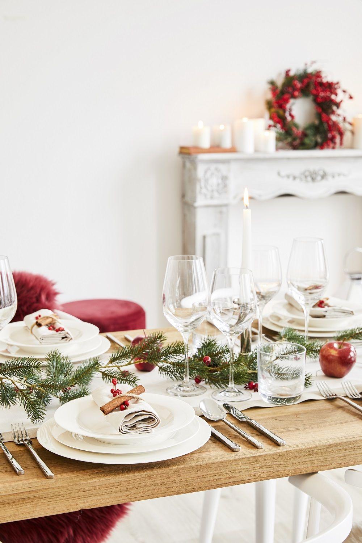 elegant christmas eine schlichter wei er tischl ufer christbaumkugeln und kerzen in rot und. Black Bedroom Furniture Sets. Home Design Ideas