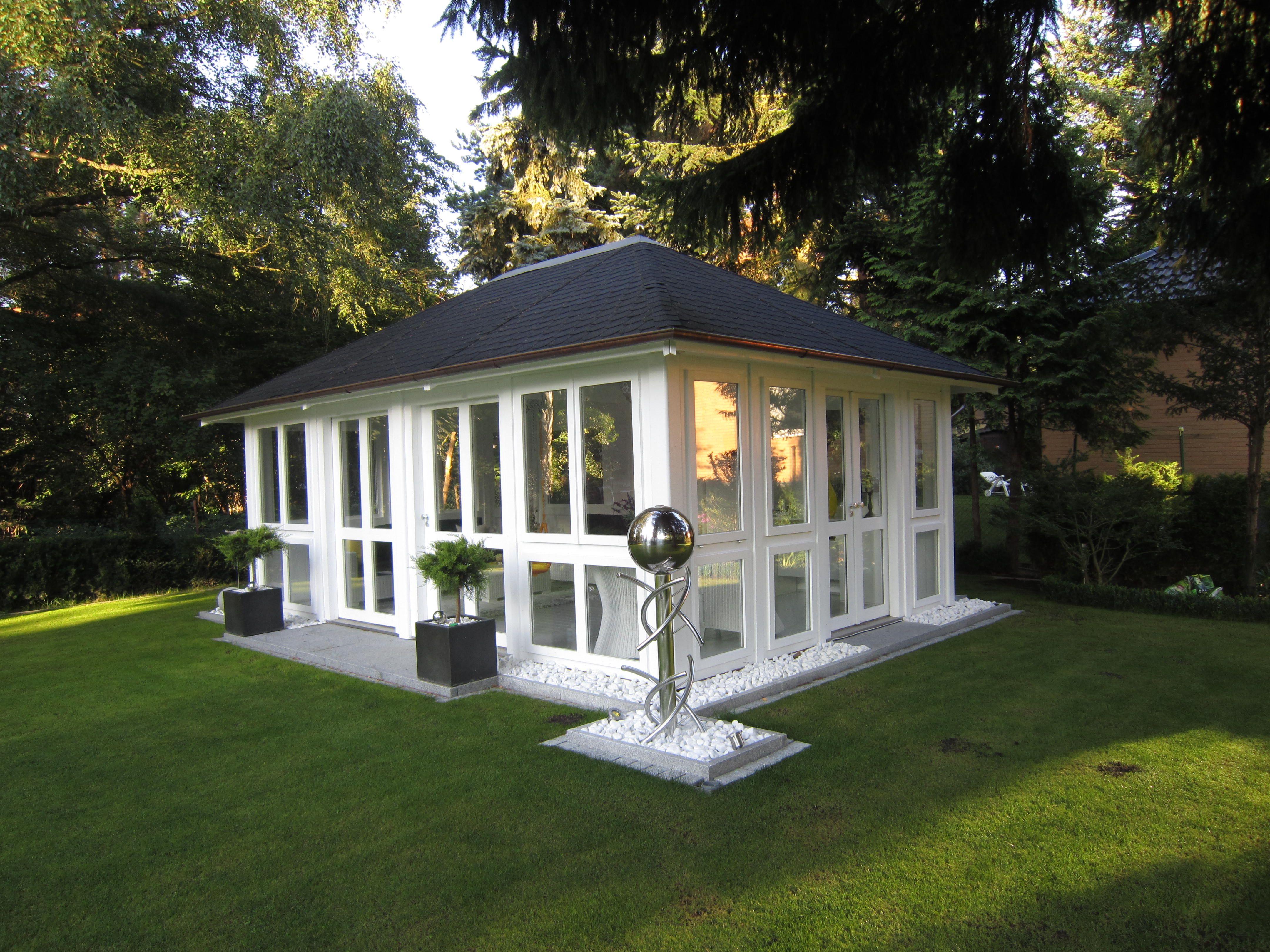 """Moderne Variante des Gartenstudios """"Chalet"""" mit viel Glas"""
