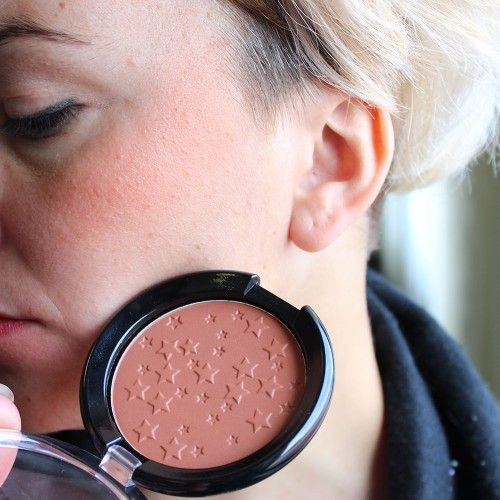 Compact Blush Velvety and silky texture, rich in precious pearls ultrafine that illuminate the face for a radiant appearance. Suitable for all skin types.