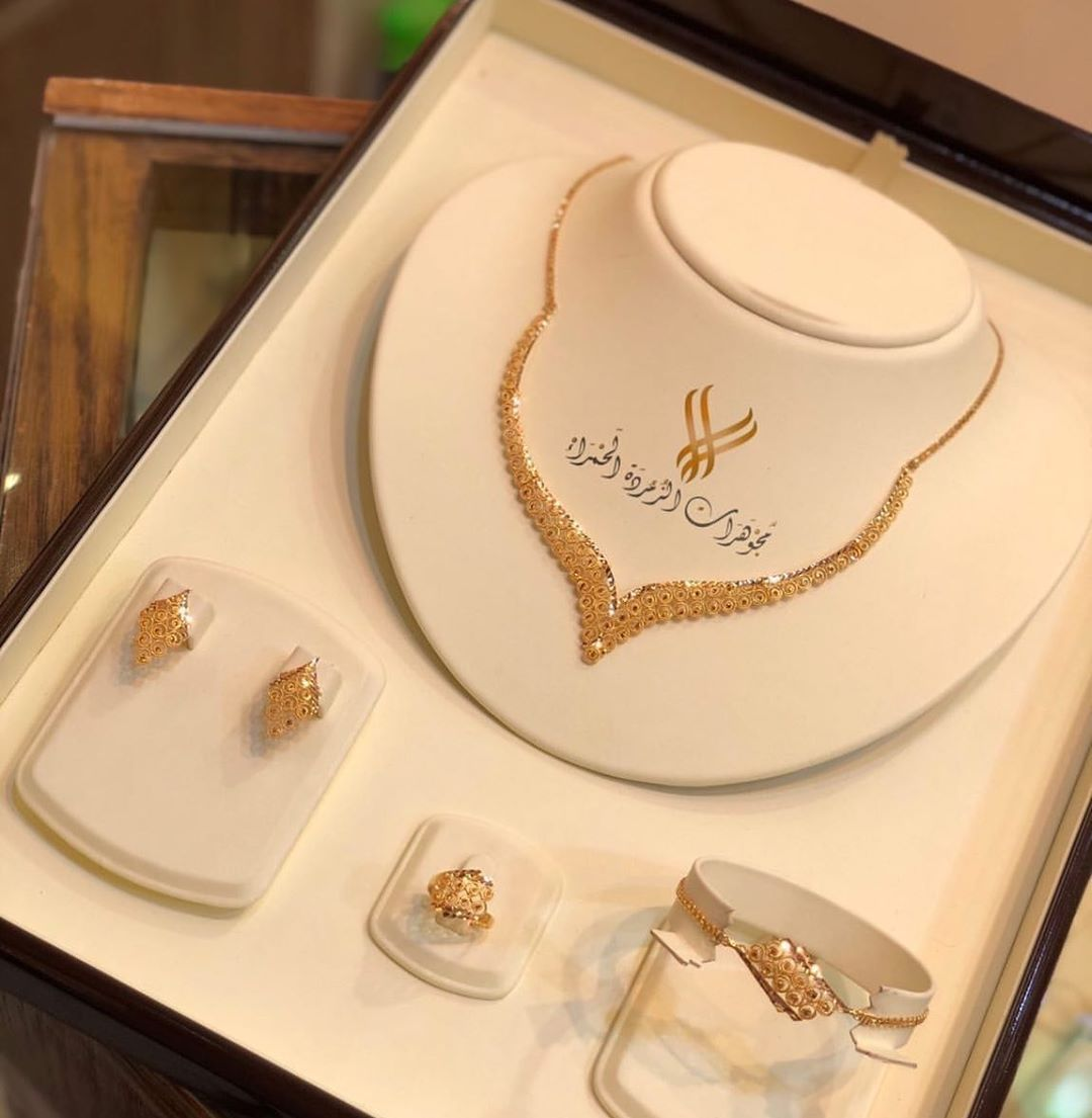 قولدن فروز On Instagram طقم ذهب صافي عيار 21 للطلب من مجوهرات الزمرده A Gold Bride Jewelry Gold Jewelry Fashion Gold Jewelry Simple Necklace