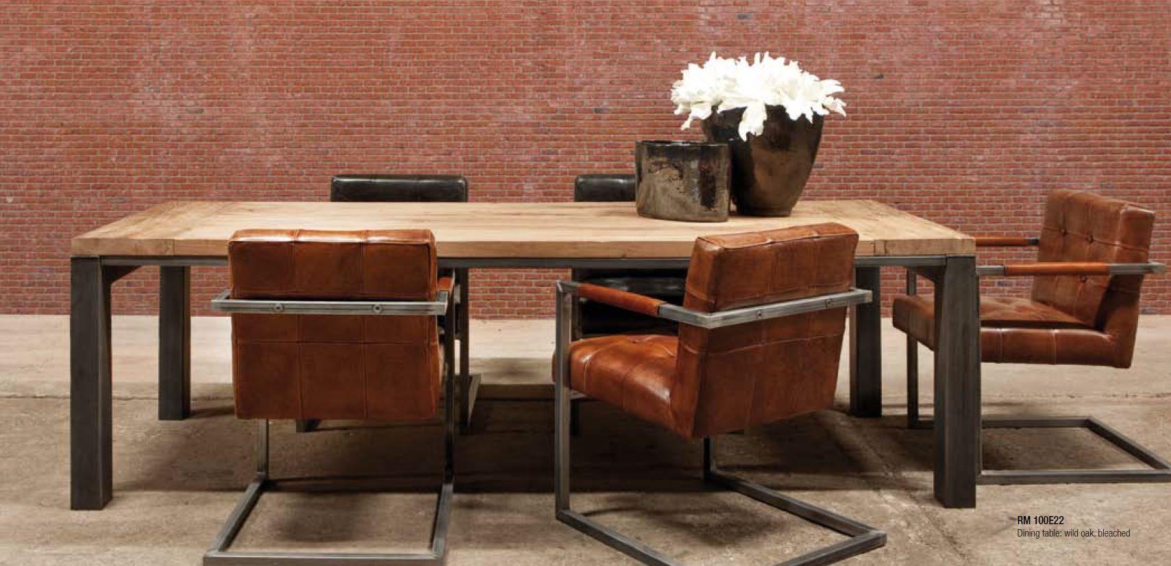 Tavoli e sedie di diversi stili e modelli, in legno, vetro ...