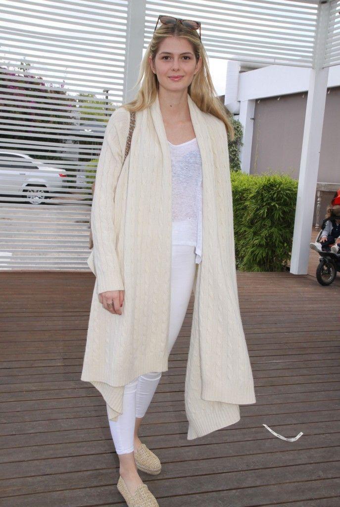 Αμαλία Κωστοπούλου  Με στιλάτη εμφάνιση δίπλα στην οικογένειά της! - JoyTV b834a60bb0a