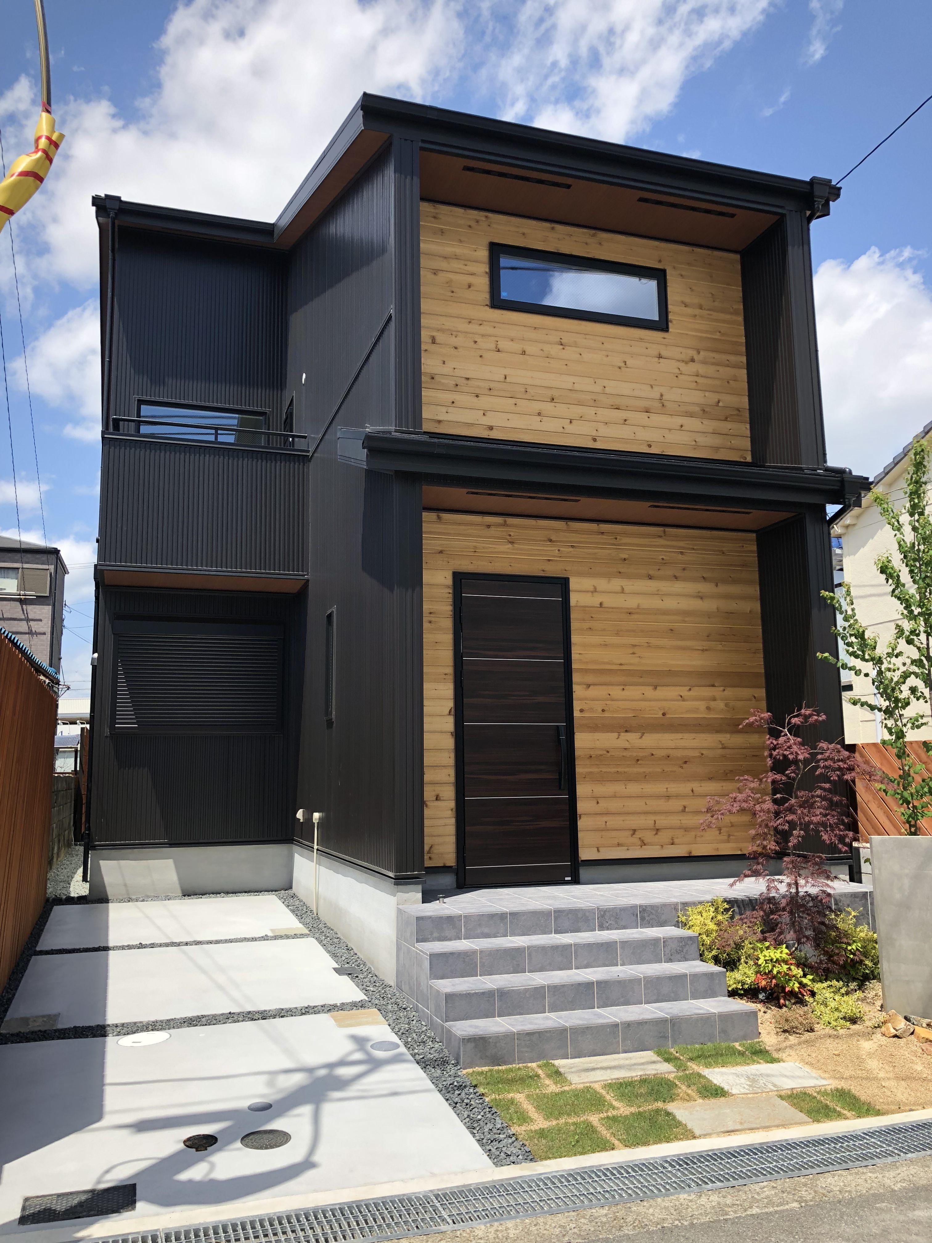 ブラックのガルバリウム鋼板とウッドを組み合わせました ウッドデッキ