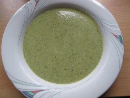 Brokkoli-Käse-Suppe:  1,5 kg Brokkoli  2 1/4l Gemüsebrühe  600g Sahne Schmelzkäse  3 Päckchen helle Sauce   Pfeffer  Muskatnuss    Brokkoli waschen und klein schneiden. Gemüsebrühe zugedeckt zum kochen bringen und den Brokkoli etwa 5 min darin garen. Danach Brühe mit Brokkoli pürieren, Käse hinzufügen und darin unter rühren auflösen. Das Pulver von der Sauce mit einem Schneebesen in die Suppe rühren, Suppe aufkochen und mit Pfeffer und Muskatnuss würzen.
